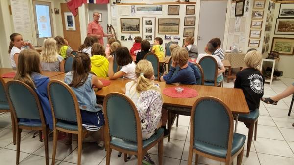 4.-klassinger på besøk i museet